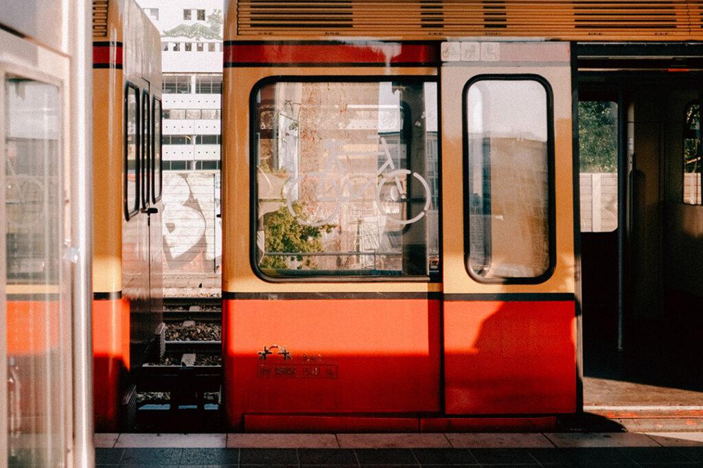 Berliner S-bahn mit offener Tür.