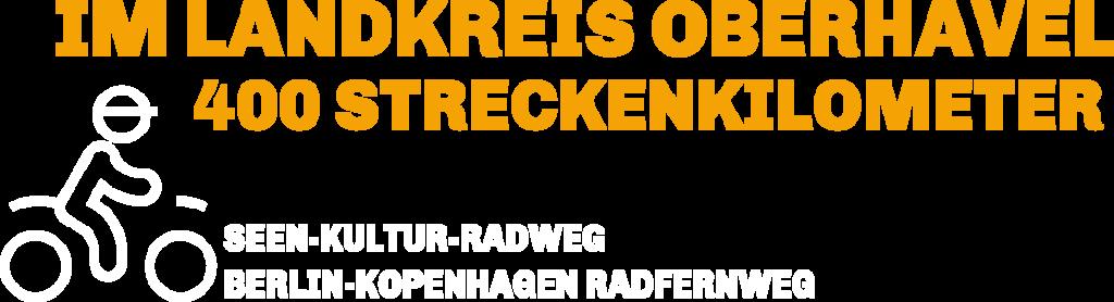 """Es steht """"im Landkreis Oberhavel 400 Streckenkilometer Seen-Kultur-radweg Berlin- Kopenhagen Radfernweg"""". Links daneben sieht man eine Figur auf dem Fahrrad."""