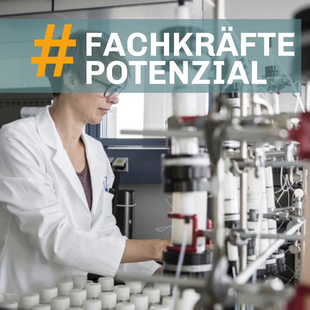 Eine Person mit weißem Kittel arbeitet in einem Labor